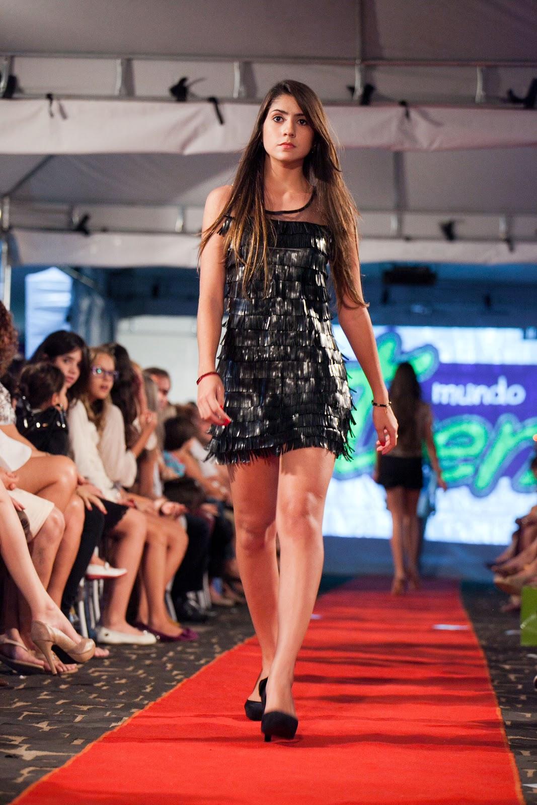 0b40c4ad4 Júlia Castanheira veste: Vestido de couro com franjas Fruto da Imaginação.