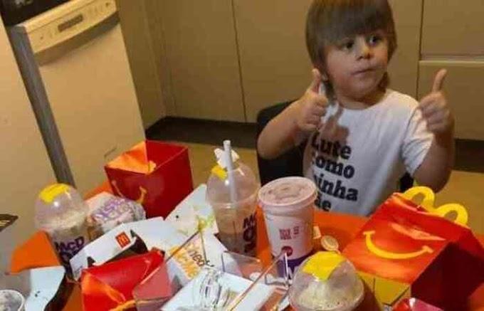 Menino de 3 anos pede R$ 400 de lanche escondido no cartão da mãe
