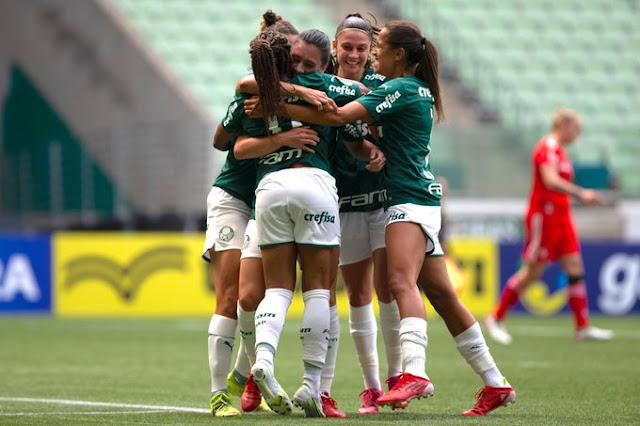 Jogadoras do Palmeiras comemoram um dos gols da classificação para a final do Brasileirão Feminino