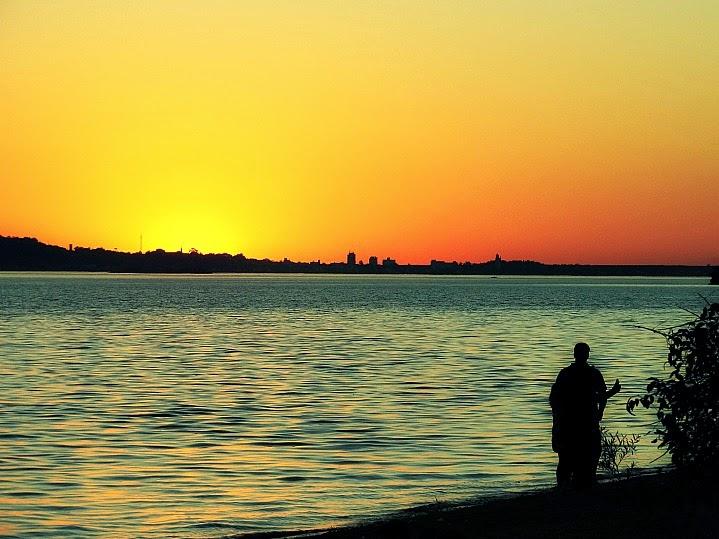 Contemplar o por do sol do Lago Guaíba é uma das atividades preferidas dos porto-alegrenses