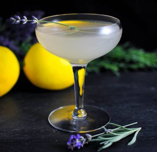 Lavender Bee's Knees - A Gin Cocktail #drinks #syrup