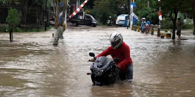 Cara Mengeringkan Mesin Motor yang Mati Karena Banjir otomaksi