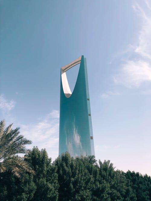 السعودية تعلق سفر المقيمين والمواطنين مؤقتا والرحلات لـ13 دولة جديدة بسبب فيروس كورونا