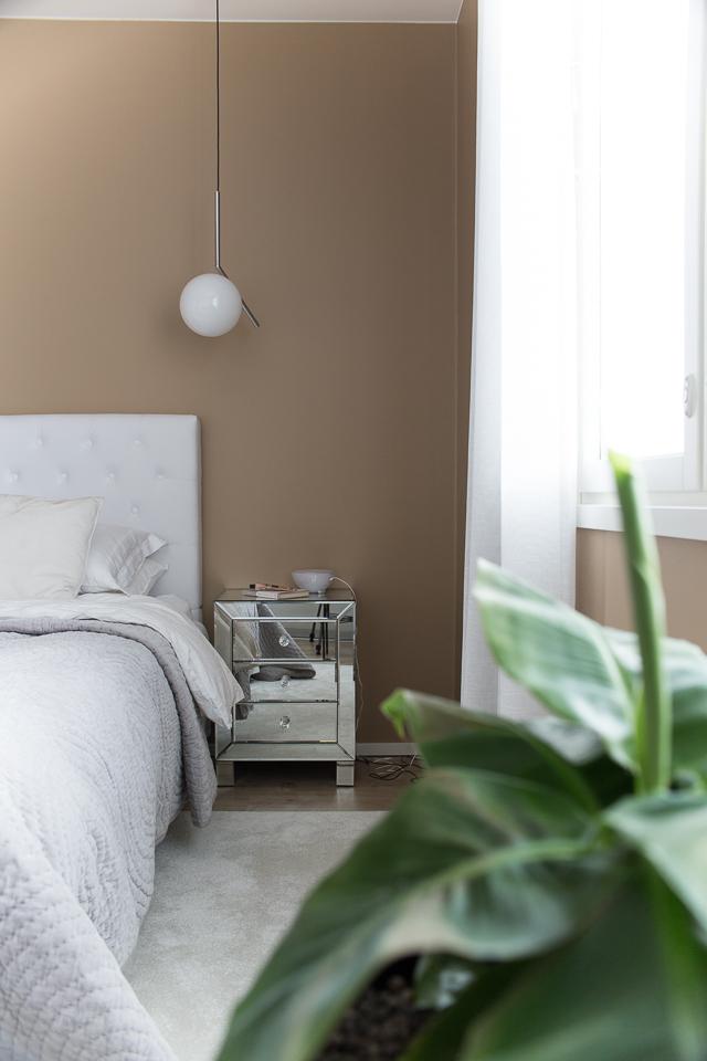 Villa H, makuuhuoneen sisustus, flos ic valaisin, banaanipuu