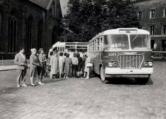 1964-1966-й годы. Рига. Возле Ikarusа-630 № 210 на площади 17 Июня