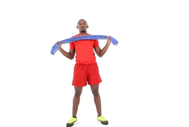 homem negro praticando exercício físico com a toalha em casa