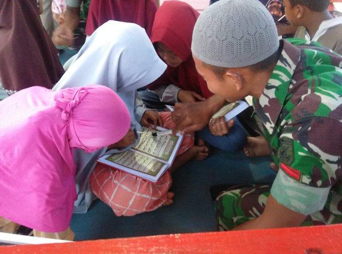 Tak Hanya Jaga Tapal Batas, Anggota TNI Ini Juga Jadi Guru Ngaji Anak-Anak di Perbatasan