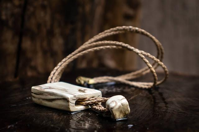 Colar de cerâmica feito por Cibele Nakamura