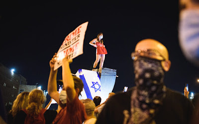 המנורה, הדגל והסטודנטית לעבודה סוציאלית מול הכנסת, ירושלים , 21.07.2020