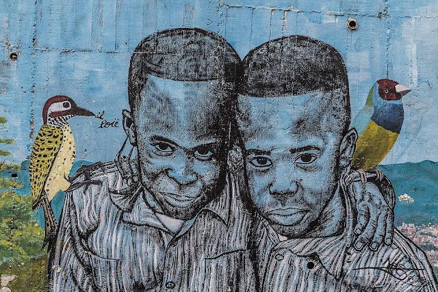 mural de ninos colombianos de raza negra - como muestra de combatir el racismo
