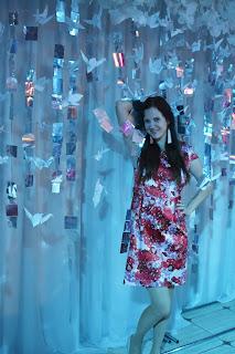 Девушка на свадебном фоне с бумажными журавликами