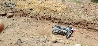 अनियंत्रित होकर आठ फीट गहरे गड्ढे में गिरी बाइक 1 की मौत।