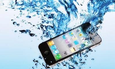 Cara Mengatasi Ponsel Jatuh ke Dalam Air