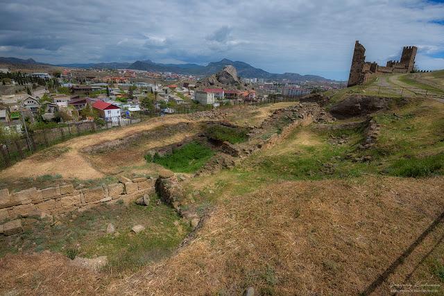 Археологические раскопки на территории крепости. Судакская крепость, Крым.
