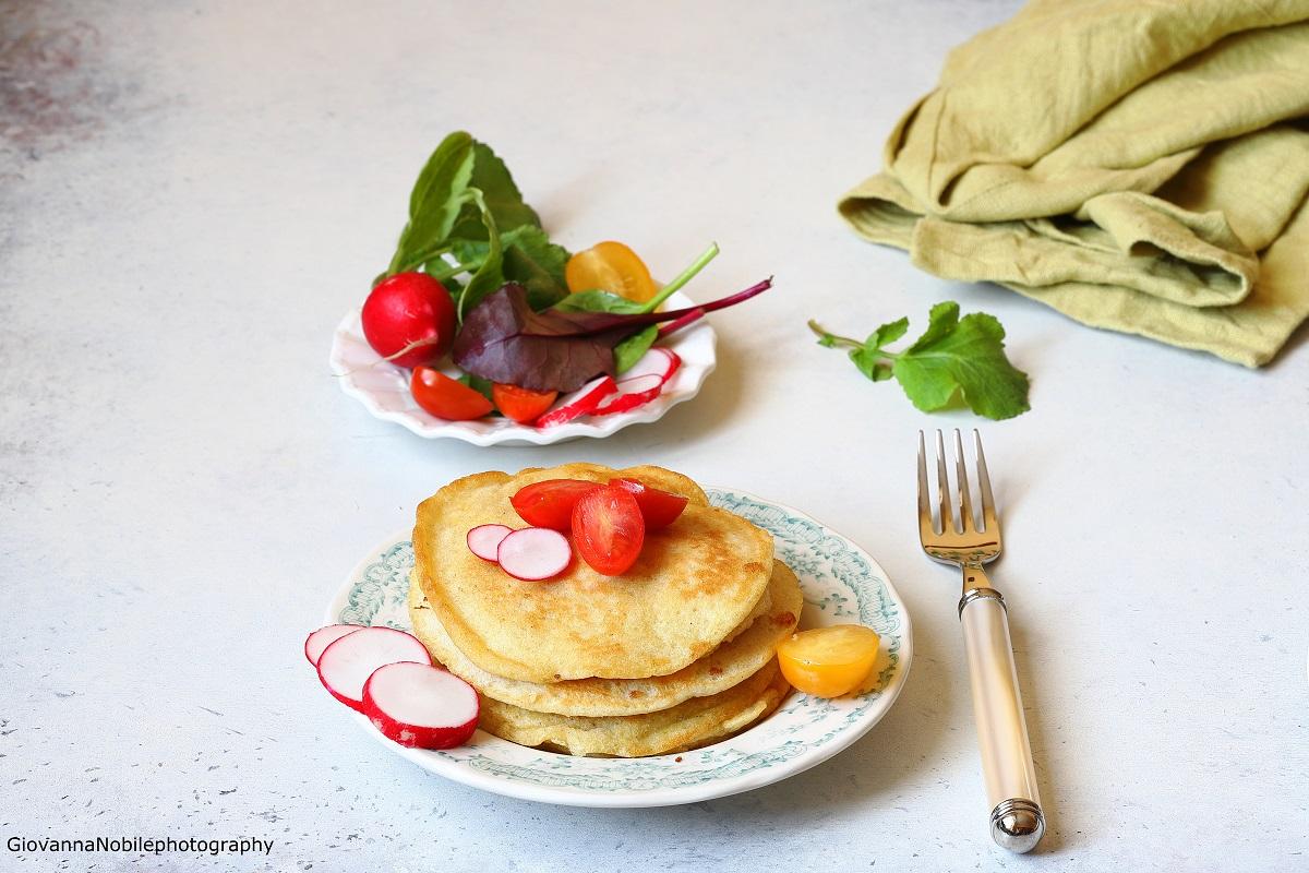 Pancakes alle olive verdi con insalata di stagione