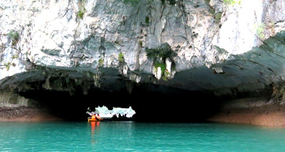 Пещера на острове Кат-ба в Бухте Халонг во Вьетнаме