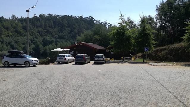 Parque de estacionamento ao lado da praia fluvial de Verim
