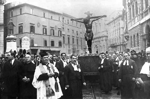 Procissão anual do Crucifixo Milagroso pelo centro de Roma em 1931. O Papa Francisco levou-o à Praça de São Pedro, mas o povo e o clero não podiam comparecer, gerando uma impressão de apocalíptica falta de fé