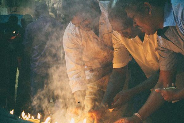 バトゥ洞窟内部のヒンドゥー寺院で参拝するヒンドゥー教信者たち