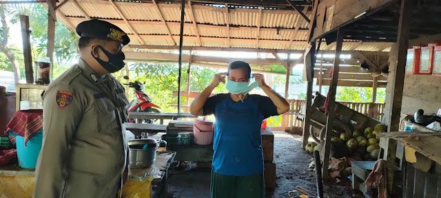 Antispasi penyebaran covid 19 polsek Sematu Jaya bagikan masker ke warga