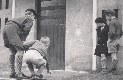 """Jeu de billes au mur """"La Poule"""" vers 1950 (collection privée)"""