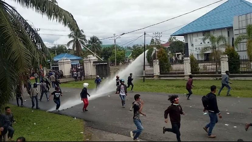 BREAKING NEWS: Pendemo Semakin Berutal Didepan Kantor DPRD Kapuas Hulu