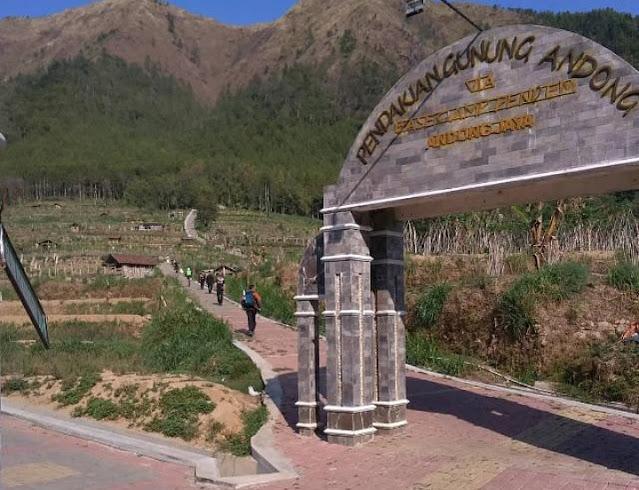 Caption: Pengunjung Gunung Andong menyusuri jalur pendakian belum lama ini. Para pengunjung ini diharuskan menerapkan Prokes Covid-19 di area destinasi