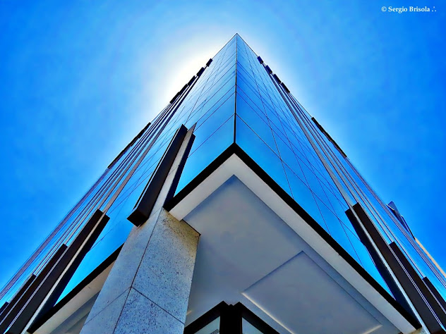 Perspectiva inferior da fachada e lateral do Edifício Thera Berrini Corporate - Brooklin Paulista - São Paulo
