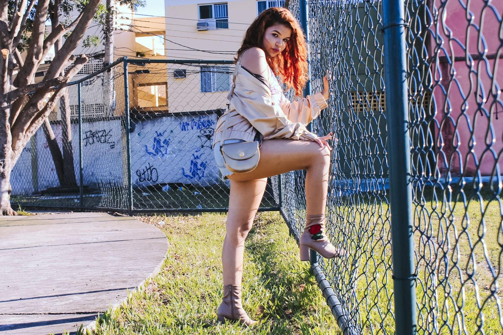 look street style, look urbano, bomber jacket, look bomber dourada, look bota bordada com flor, look girl power, look shorts com bota, look bomber com shorts, look neutro