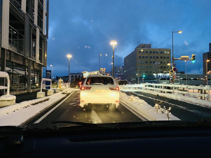 雪稍微大一點車牌都會被冰封