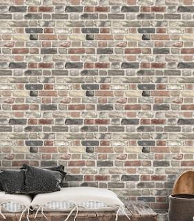 mur recouvert de papier peint effet brique avec un motif trop répétitif
