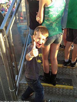 Lustiges Bild glückliches Kind lacht - Daumen hoch