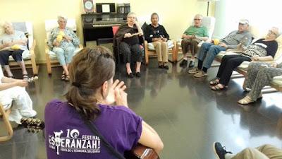 Usuàries, auxiliars i terapeuta al taller de musicoteràpia d'Aviparc