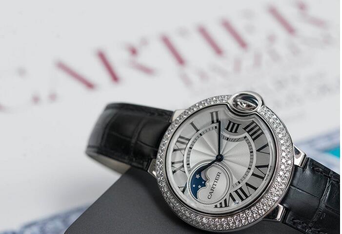 f7c0bbb1fc2d ... relojes Cartier Ballon Bleu de Cartier para la venta. El modelo se  ofrece en una caja de oro blanco de 18 quilates que mide 37 mm de diámetro.