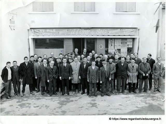 Groupe d'hommes devant l'Orée du bois, à Brugheas, 03.