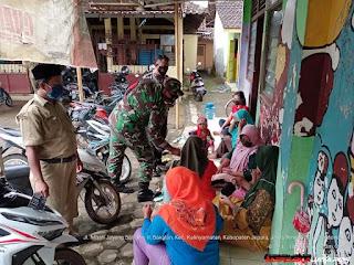 Giat Tiga Pilar Desa Bakalan, Bagikan Masker Serta Disiplinkan Prokes Secara Persuasif
