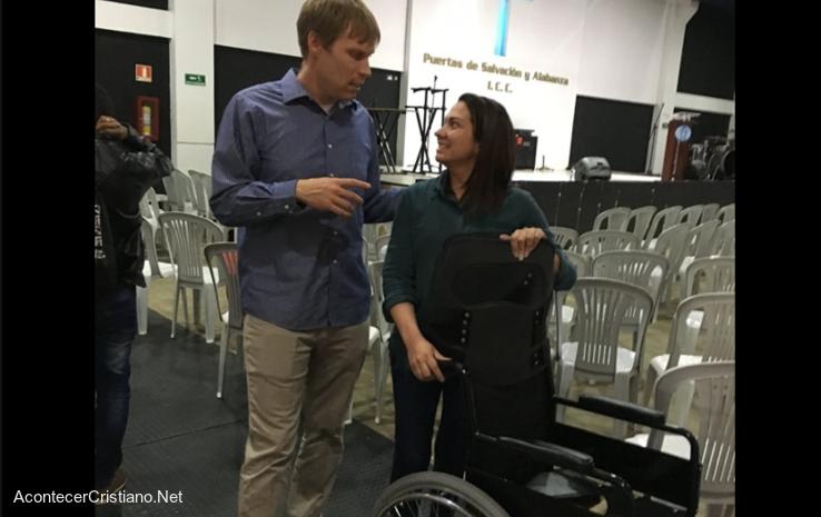 Mujer con silla de ruedas en iglesia