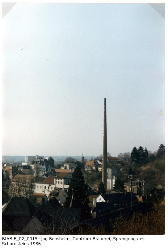 BIAB_E_02_00015c: Bilder der Sprengung des Schornsteines, Brauerei Guntrum, Bensheim 1986, Quelle: Norbert Clara, Bensheim
