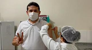"""""""Tomei a 1ª dose da vacina da Pfizer! Esperei pacientemente, sem furar fila como deve ser"""" comemorou Célio Alves"""