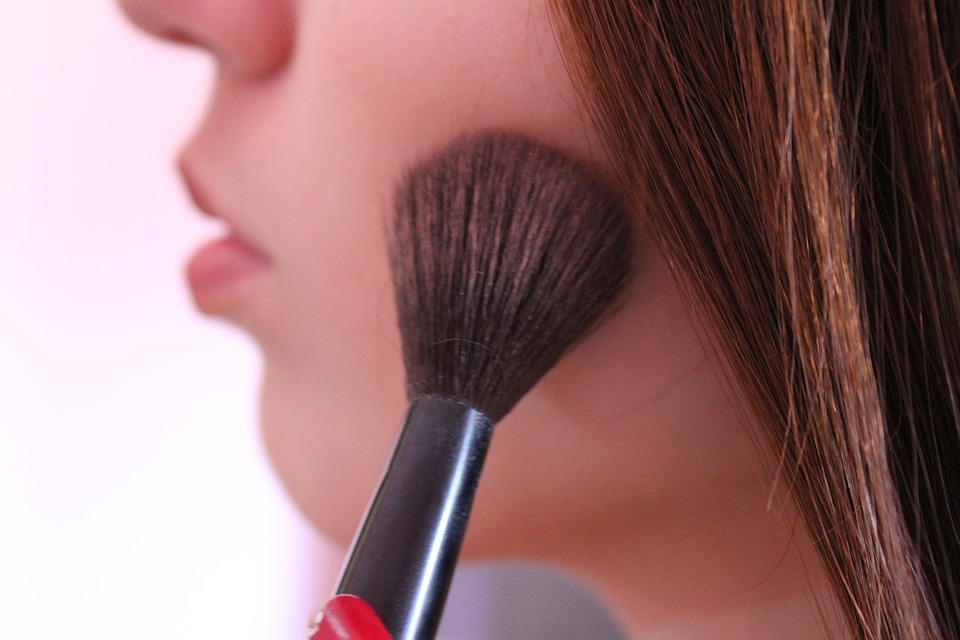 How to Maximize Winter Bronzer Beauty Woman brushing on bronzer