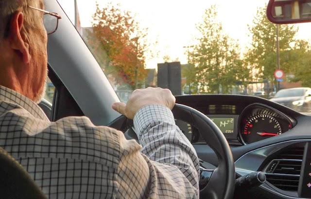 Τέσσερα λάθη του μέσου οδηγού που κάνει το αυτοκίνητο να καίει περισσότερη βενζίνη και να φθείρεται