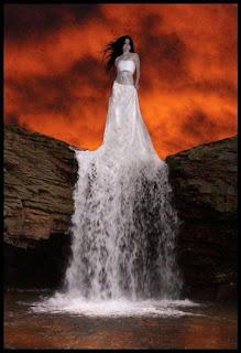 Φόρεμα γυναίκας μετατρέπεται σε καταρράκτη (σουρεαλισμός)
