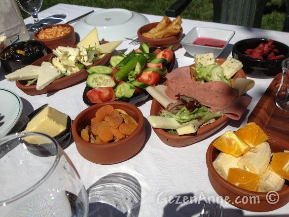 Beyaz Bahçe restaurantın kahvaltısı bir sürü seçenekli serpme kahvaltı şeklinde, Polonezköy Cumhuriyetköy