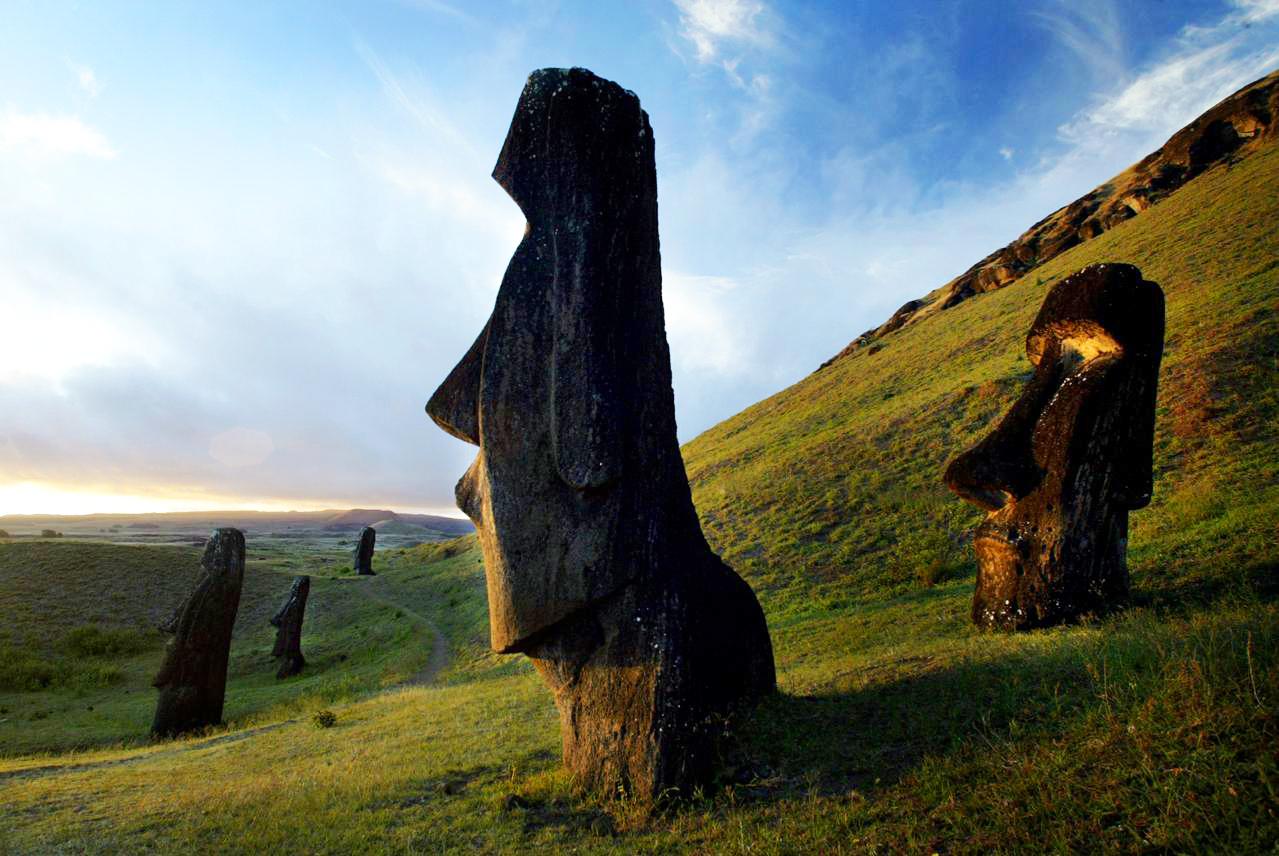 Patung raksasa di Pinggir pantai Moai, Easter Island, Chili