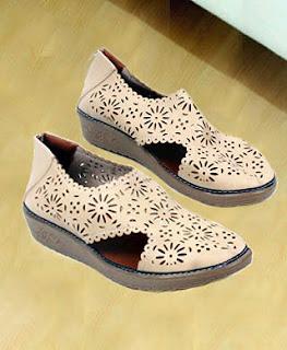 Flat merupakan model sepatu wanita untuk dipakai kuliah