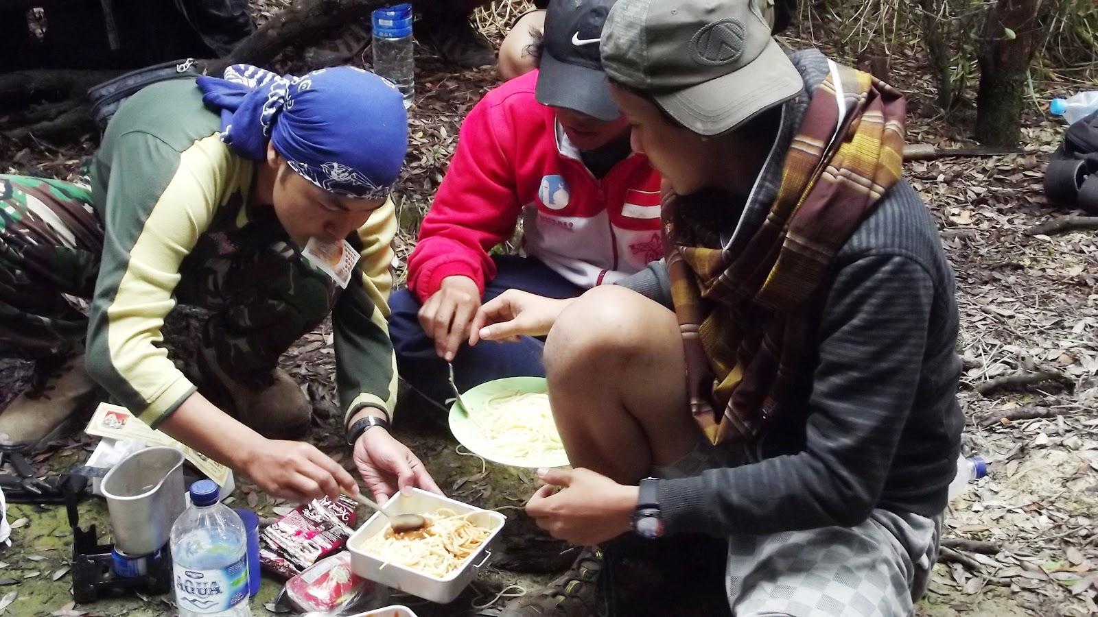 makan di puncak gunung papandayan