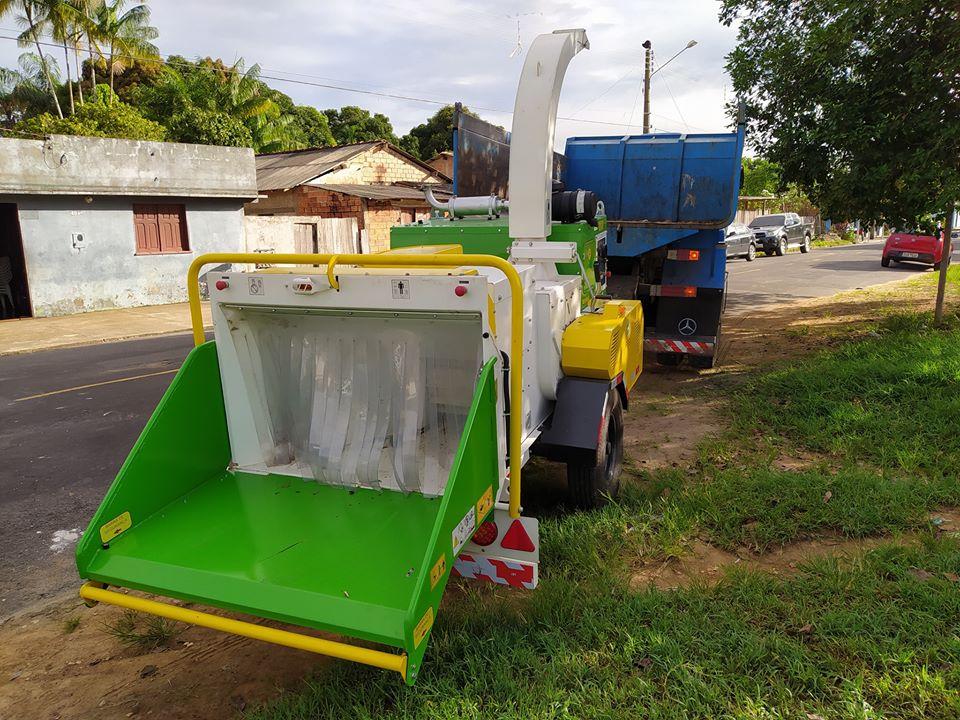 Prefeito de Oriximiná Ludugero Tavares faz entrega de máquina trituradora de galhadas para pátio de compostagem.
