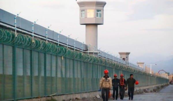 saudi-dikritik-amerika-diamkan-kerasan-cina-pagar-penjagaan-di-kamp-penahanan-muslim-uighur-cina-barat
