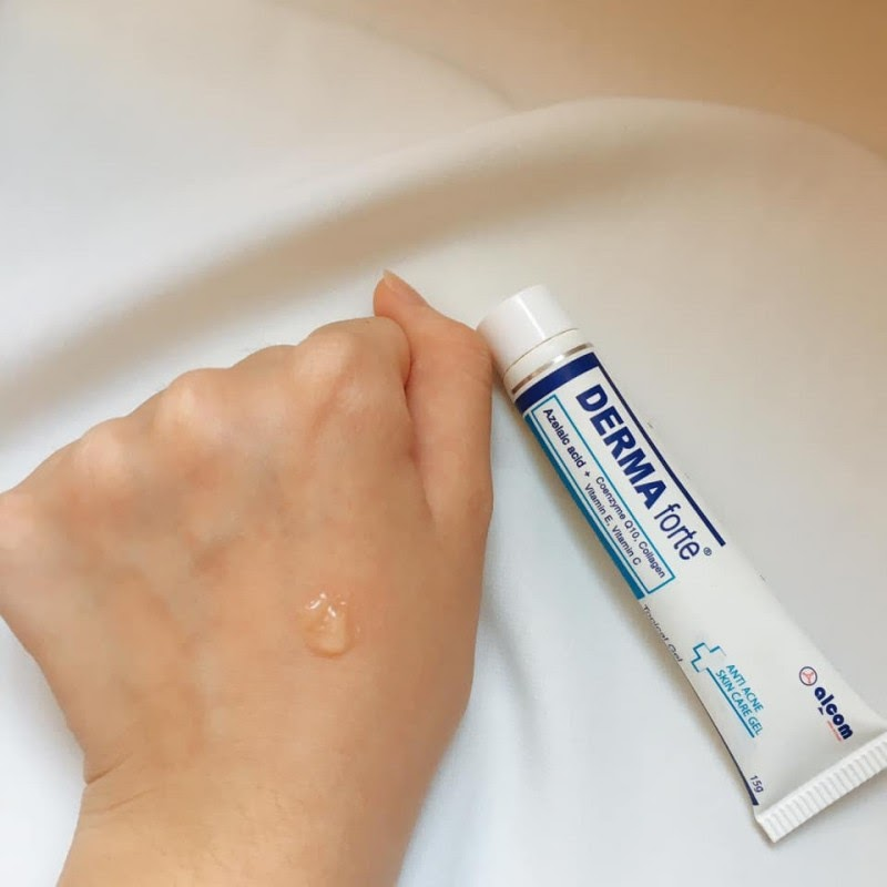 Derma Forte có dạng gel trong suốt, mùi thơm thanh, bôi lên da thấm rất nhanh không để lại cặn