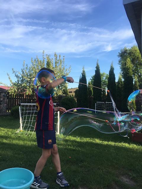 duże bańki mydlane w ogrodzie na urodzinach